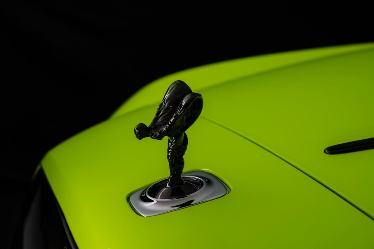 Sở dĩ, Black Badge mang đến cho những chiếc Rolls-Royce một vẻ ngoài hầm hố, trẻ trung hơn với các chi tiết chrome được sơn đen cũng như thiết kế mâm xe riêng biệt. Chính sự đột phá này đã đem tới cho những chiếc xe siêu sang một diện mạo mới cũng như giúp Rolls-Royce tiếp cận tới những đối tượng khách hàng trẻ tuổi.