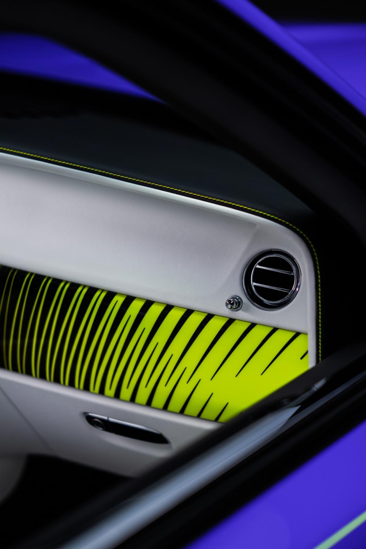 Màu sơn này đã được chuyên gia sơn của bộ phận Bespoke Rolls-Royce Sami Coultas phát hiện ra lần đầu tiên trong chuyến đi đến Tamworth, phía bắc Sydney, Úc. Chiếc xe sở hữu khoang nội thất được bọc da màu xám Scivaro Grey cùng các đường chỉ khâu màu xanh lá Lime Rock Green nổi bật.