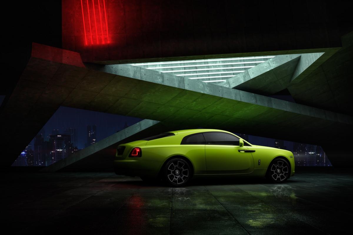 Trong bộ sưu tập này, Rolls-Royce Wraith Black Badge sở hữu ngoại thất được sơn màu xanh lá Lime Rock Green. Đây là một màu sắc với sắc độ màu gần như phát sáng mà tự nhiên ban tặng cho loài ếch cây bụng trắng ở Úc.