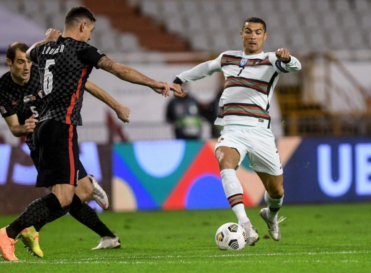 Ronaldo bị đối thủ kèm chặt nên không để lại nhiều dấu ấn (Ảnh: Getty).