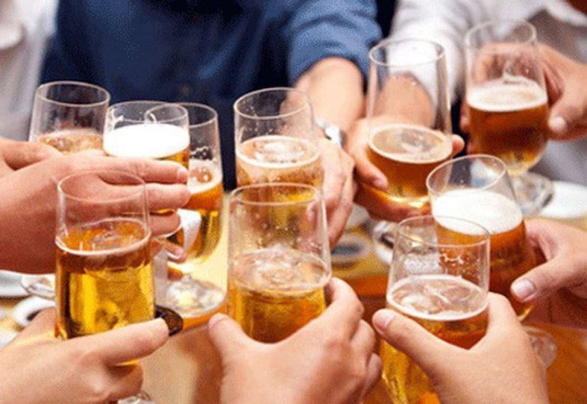 """Nhiều người còn băn khoăn về việc thực thi và chế tài xử phạt việc """"sếp"""" để nhân viên uống rượu, bia trong giờ làm việc. (Ảnh minh họa)"""