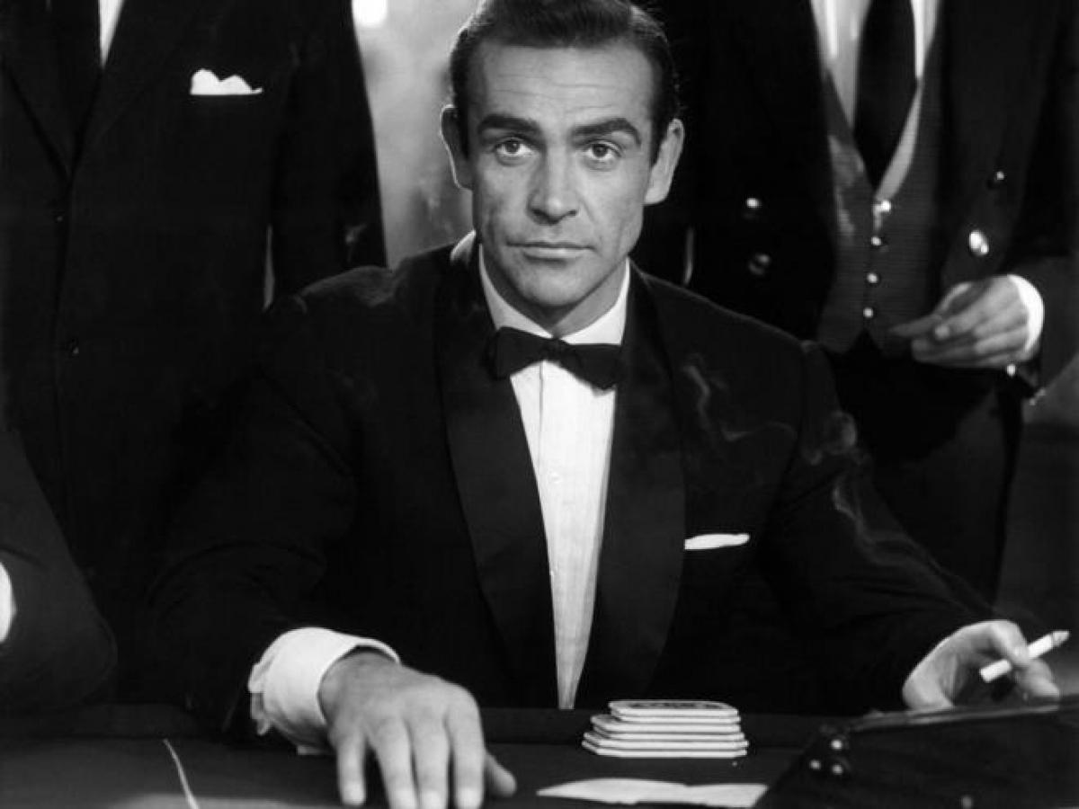 Cùng ngắm vẻ điển trai thời trẻ của James Bond đầu tiên.