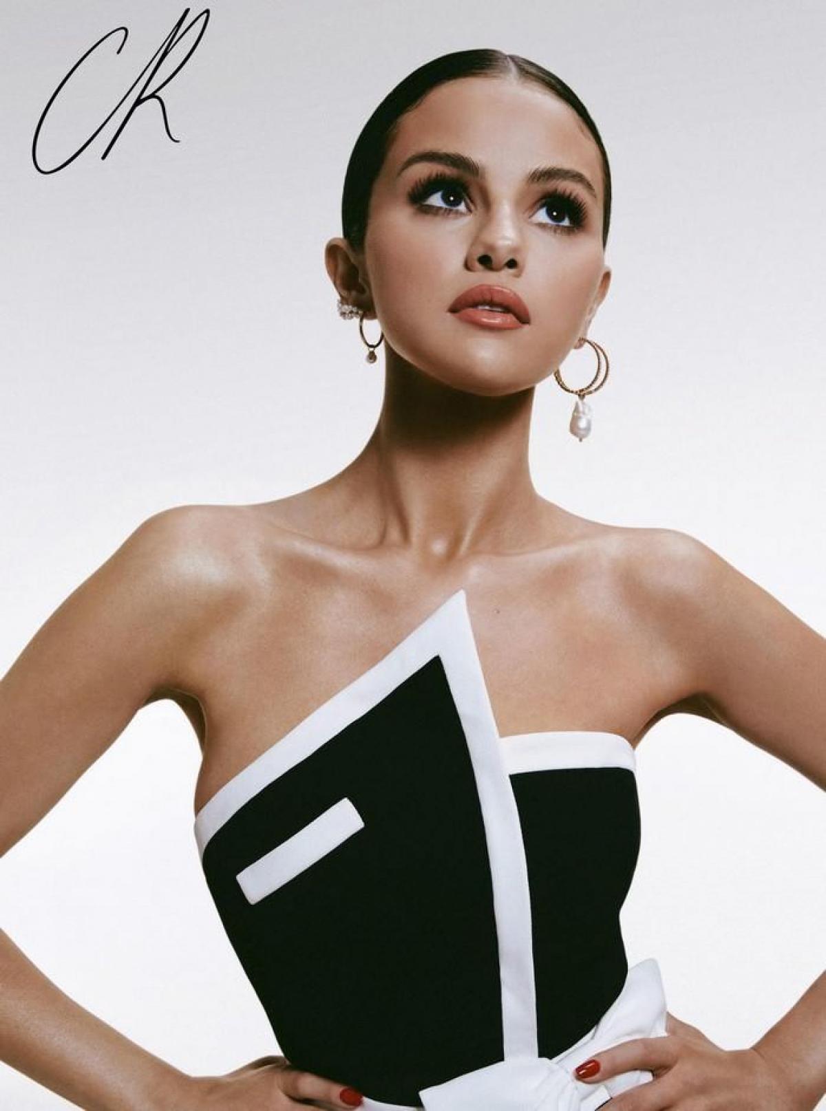 Selena Gomez gây ấn tượng khi xuất hiện trên trang bìa tạp chí thời trang CR Fashion Book bản Trung Quốc số đầu tiên.