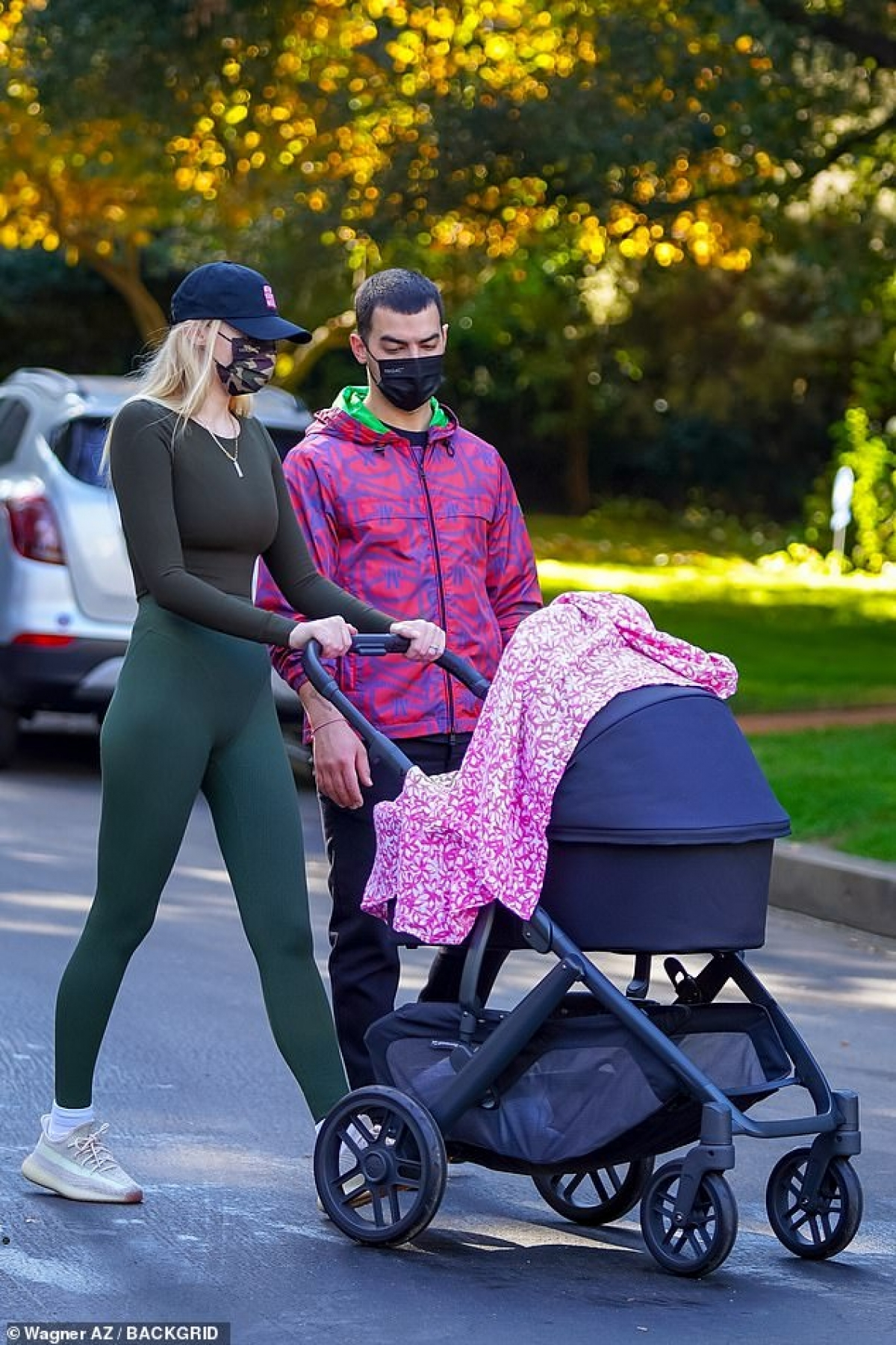 Sophie Turner thu hút mọi ánh nhìn khi cùng ông xã Joe Jonas đưa con gái 4 tháng tuổi Willa ra phố đi dạo ở Los Angeles vừa qua.