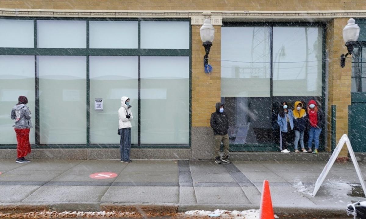 Người dân xếp hàng chờ xét nghiệm Covid-19 ngày 10/11 tại Fargo, Bắc Dakota. Ảnh:NYTimes.