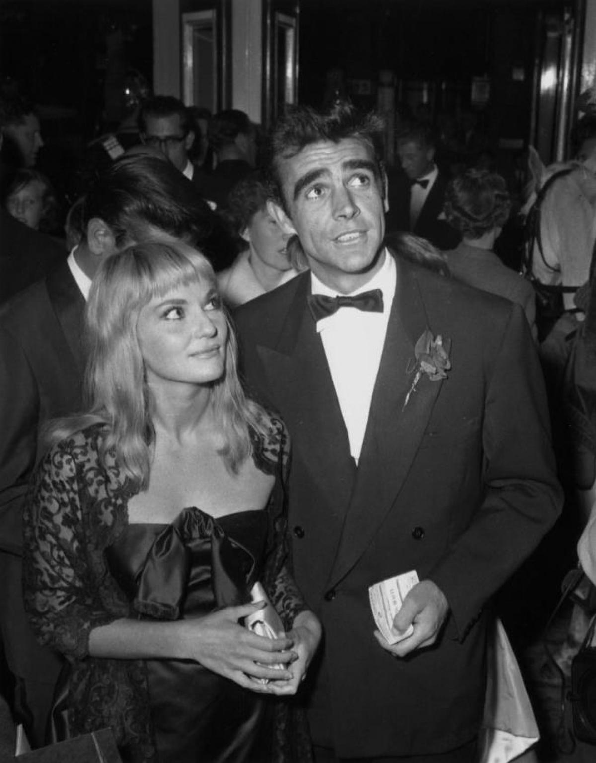 Sean Connery có sự nghiệp diễn xuất thành công, kéo dài trong nhiều thập kỷ, nhận vô số giải thưởng lớn, bao gồm 1 giải Oscar, 2 giải BAFTA (Giải thưởng Điện ảnh Viện Hàn lâm Anh quốc) và 3 giải Quả Cầu Vàng.