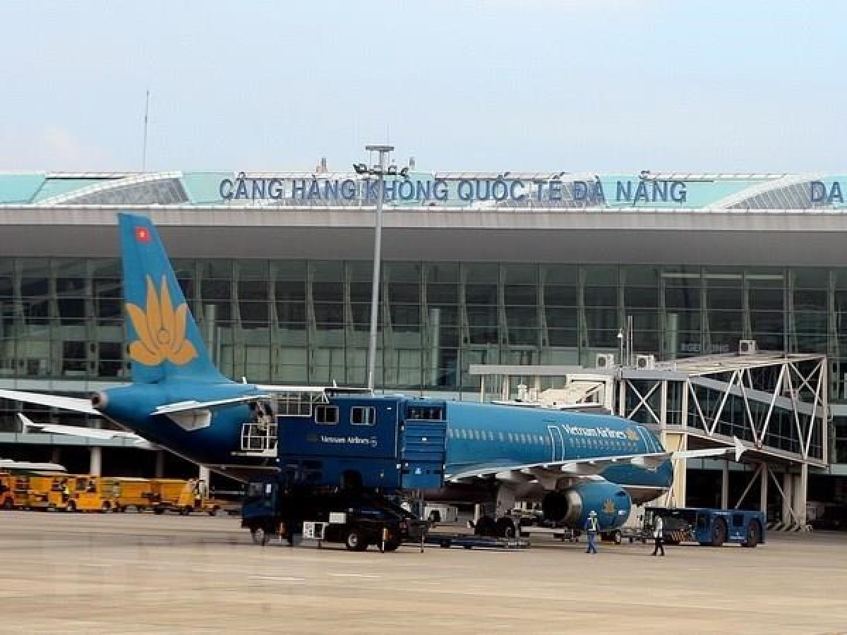 Nhiều sân bay ở miền Trung buộc phải đóng cửa để phòng tránh bão số 13 đổ bộ.
