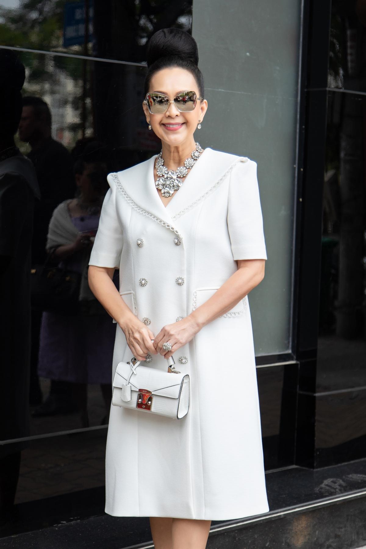 Chị phối vòng cổ, hoa tai với thiết kế cầu kỳ. Túi xách trắng nhỏ xinh càng tạo nên tổng thể hoàn hảo.