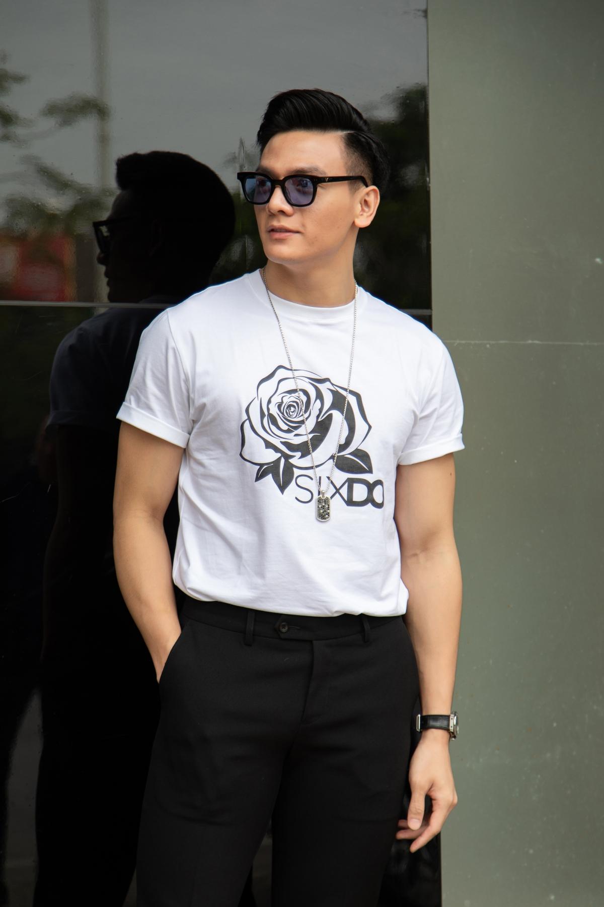 Diễn viên/người mẫu Lê Xuân Tiền phối áo trắng hoạ tiết đen cùng quần skinny thời trang, trẻ trung.