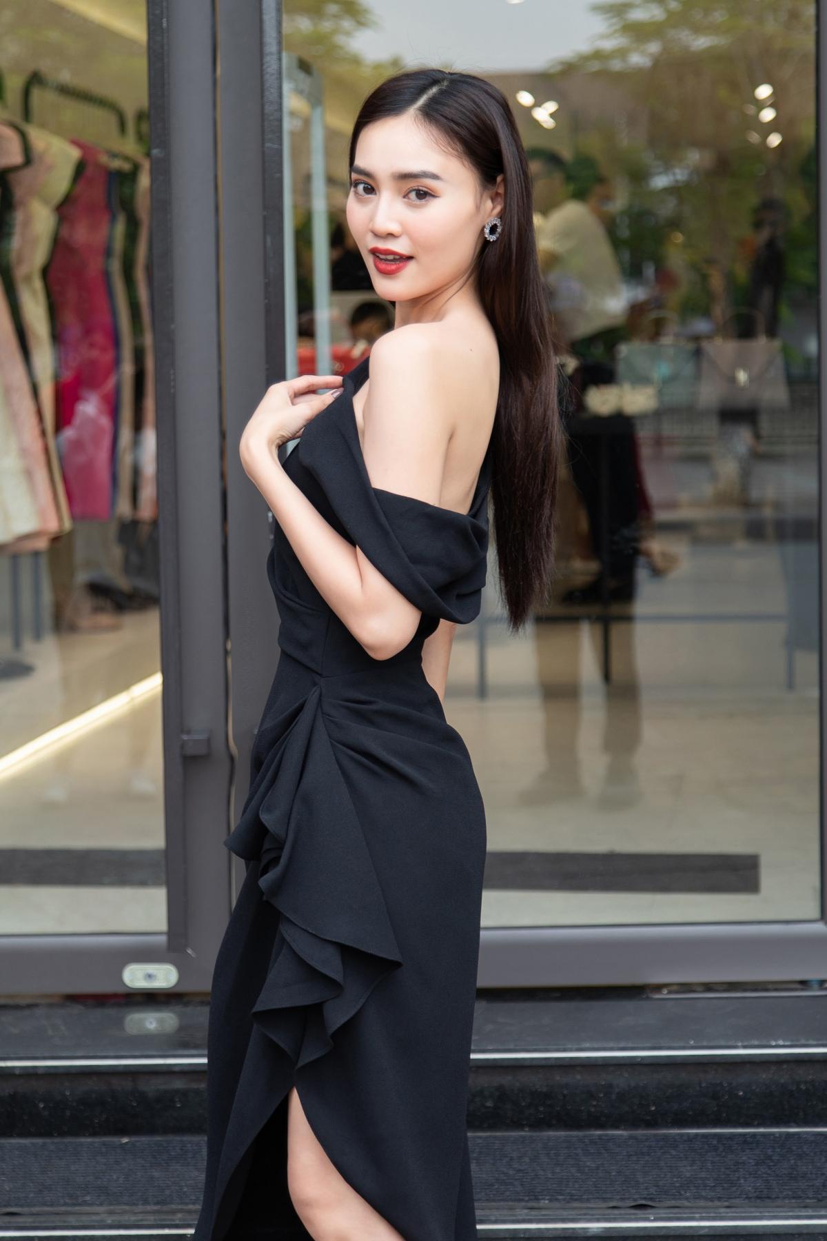 Nữ diễn viên diện chiếc váy màu đen với những đường gấp nếp độc đáo để tạo nên phom dáng bất đối xứng của trang phục. Đó cũng là thế mạnh, màu sắc riêng của NTK Đỗ Mạnh Cường.