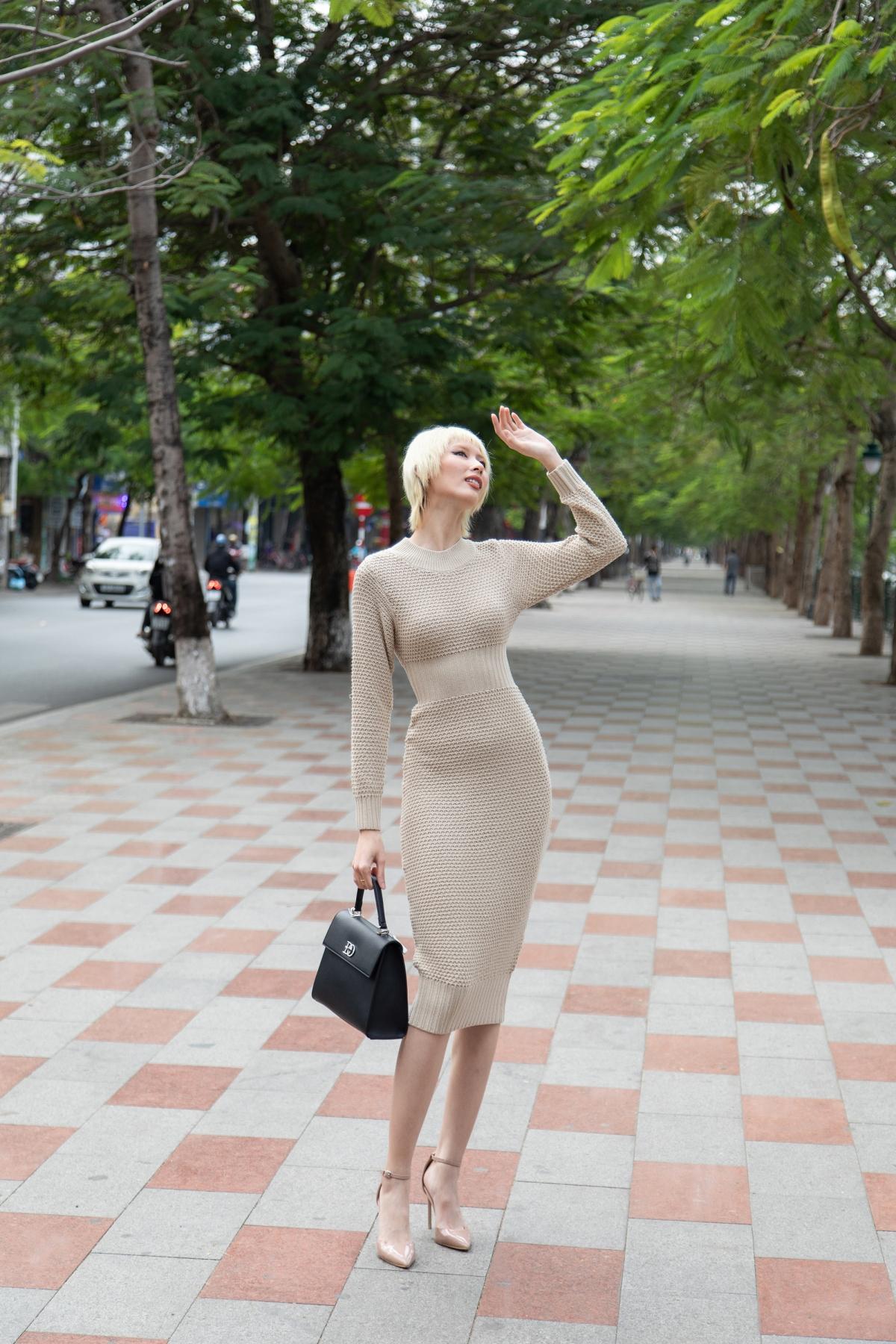 Người mẫu Hằng Nguyễn quyến rũ trong thiết kế màu be, phom ôm sát, phối cùng giày cao đồng màu, túi đen với phom cổ điển./.