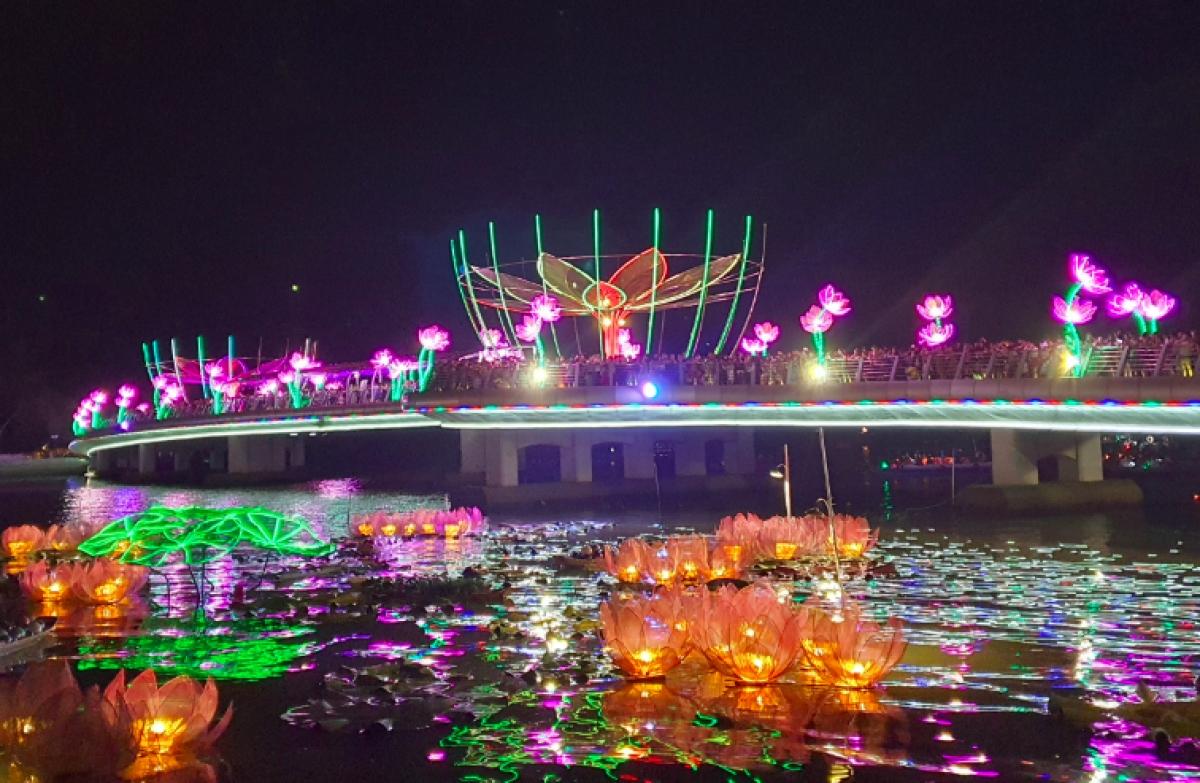 Hoa đăng được thả trên sông, tạo nên khung cảnh rực rỡ