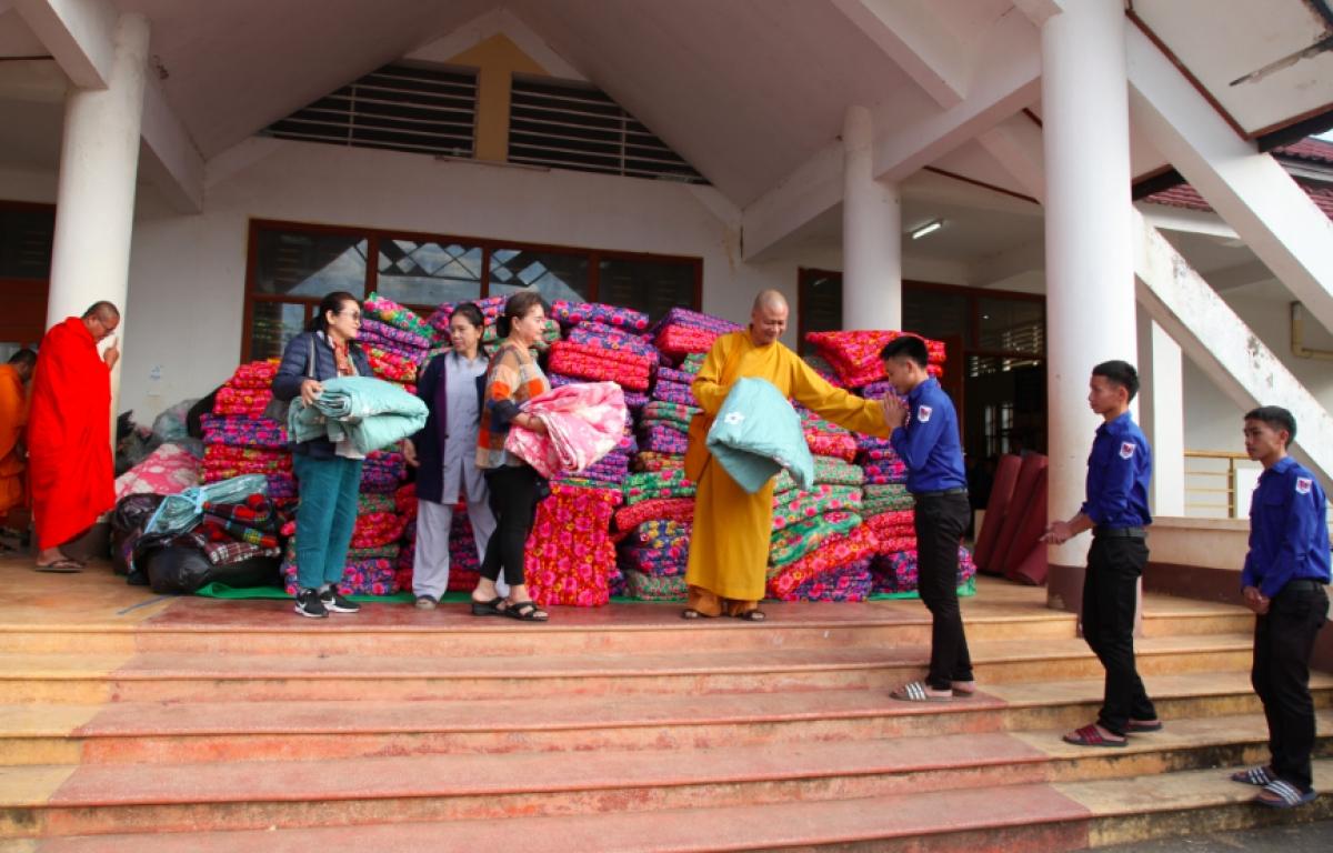 Trao chăn ấm cho các em học sinhTrường Phổ thông dân tộc nội trú.