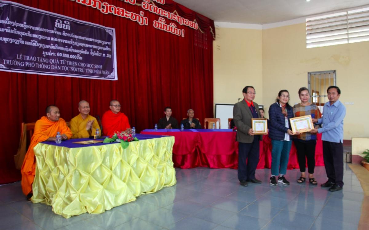 Phó giám đốc Sở Giáo dục - Đào tạo tỉnh Hủa phăn tặng Giấy khen cho các nhà hảo tâm.