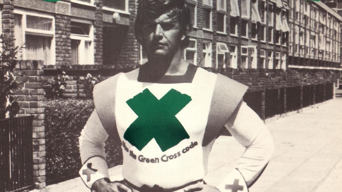 David Prowse với bộ đồ Green Cross Code Man với sứ mệnh đảm bảo an toàn giao thông cho trẻ em. Nguồn: Sky