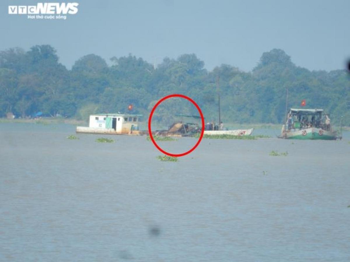 Tàu hút cát đang khai thác cát giữa lòng hồ Dầu Tiếng (thuộc địa phận ấp Hoà Lộc, xã Minh Hoà).