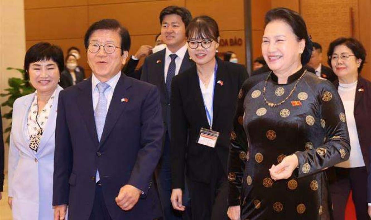 NA Chairwoman Nguyen Thi Kim Ngan (R) and RoK NA Speaker Park Byeong Seug after their talks in Hanoi on November 2. (Phôt: VNA)