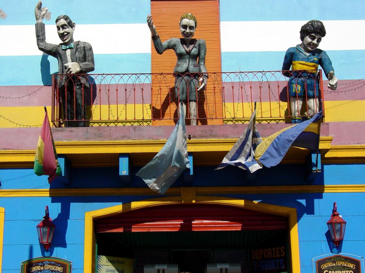 Tượng Maradona cùng nghệ sĩ Carlos Gardel và Đệ nhất phu nhân Eva Perón. Nguồn: Wikipedia