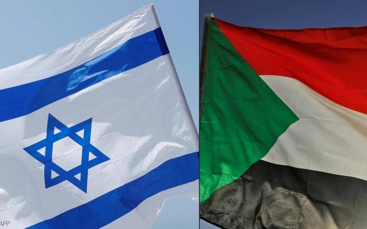 Cờ Sudan (phải) và Israel. Ảnh: AFP.