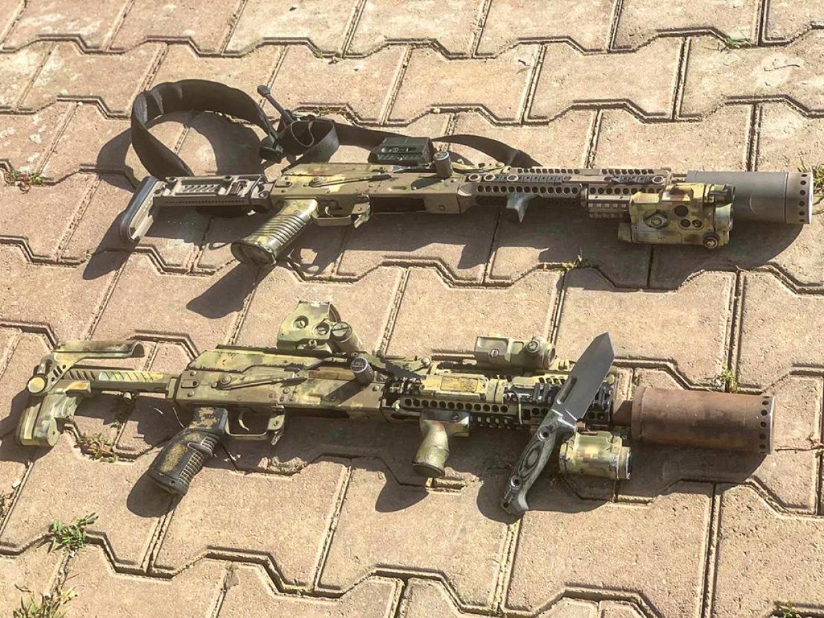 Súng AK phiên bản dành cho đặc nhiệm Alfa của Cơ quan An ninh Liên bang Nga. Ảnh: Litovkin.