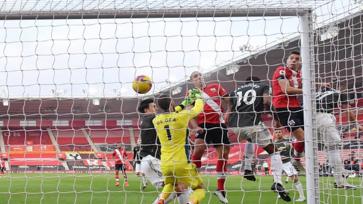 Jan Bednarek đánh đầu mở tỷ số cho Southampton sau tình huống phạt góc ở phút 23. (Ảnh: Reuters)