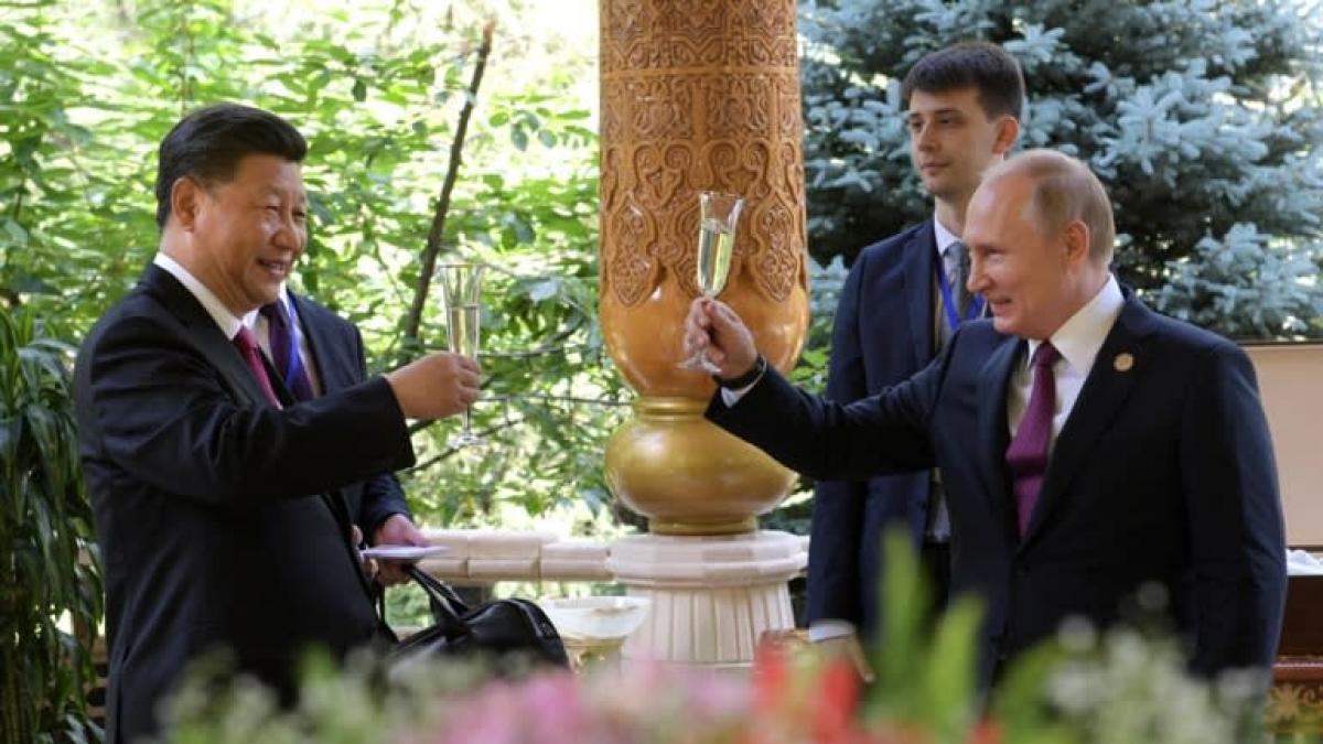 Tổng thống Nga Putin chúc mừng sinh nhật Chủ tịch Trung Quốc Tập Cận Bình nhân dịp tham gia một hội nghị ở Tajikistan ngày 15/6/2019. Ảnh: Reuters