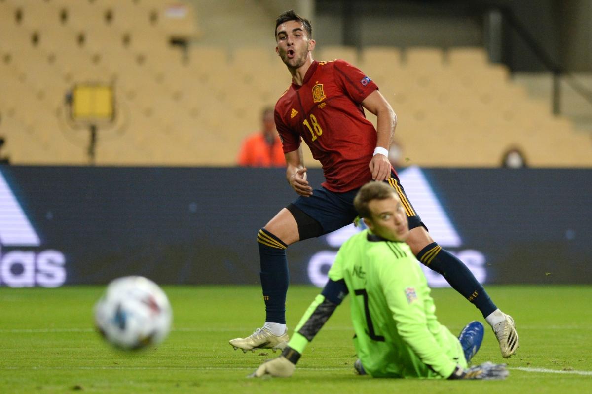 Thủ môn Neuer trải qua cơn ác mộng tại Sevilla. (Ảnh: Getty)
