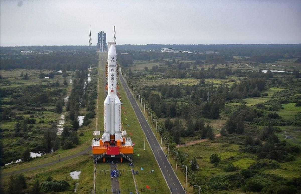 Tên lửa Trường Chinh 5 được đưa vào bãi phóng hôm 17/11. Ảnh: Tân Hoa Xã
