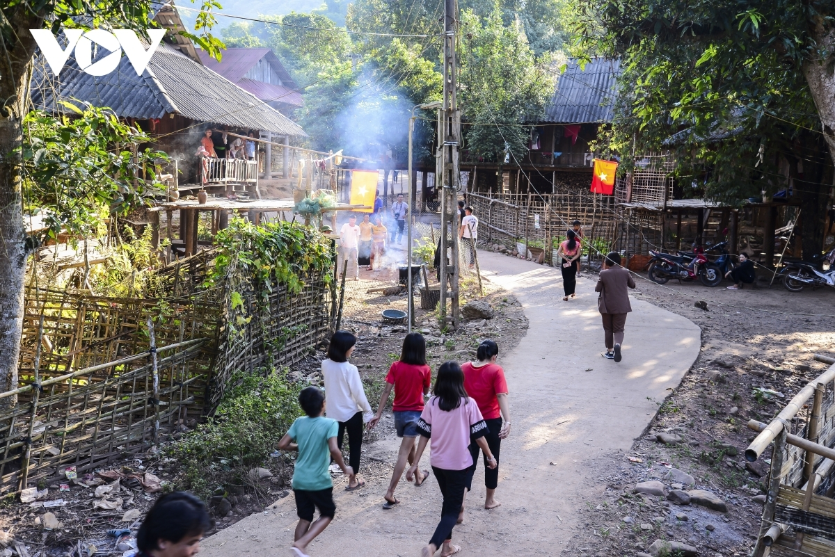 The Cong ethnic people are currently busy preparing for their traditional Tet festival following their crop harvests completed in the 9th and 10th lunar months. It is completely different from the Kinh, the largest ethnic group in Vietnam, who celebrate their lunar New Year festival in the first or second month of the new year.