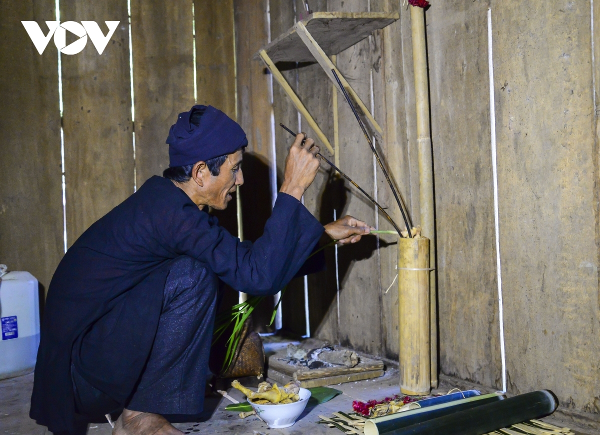 A Cong ethnic man prepares offerings to his ancestors ahead of the festival.Along with pachyrrhizus and taro, Cockscomb flower is indispensable on the ancestral altar.