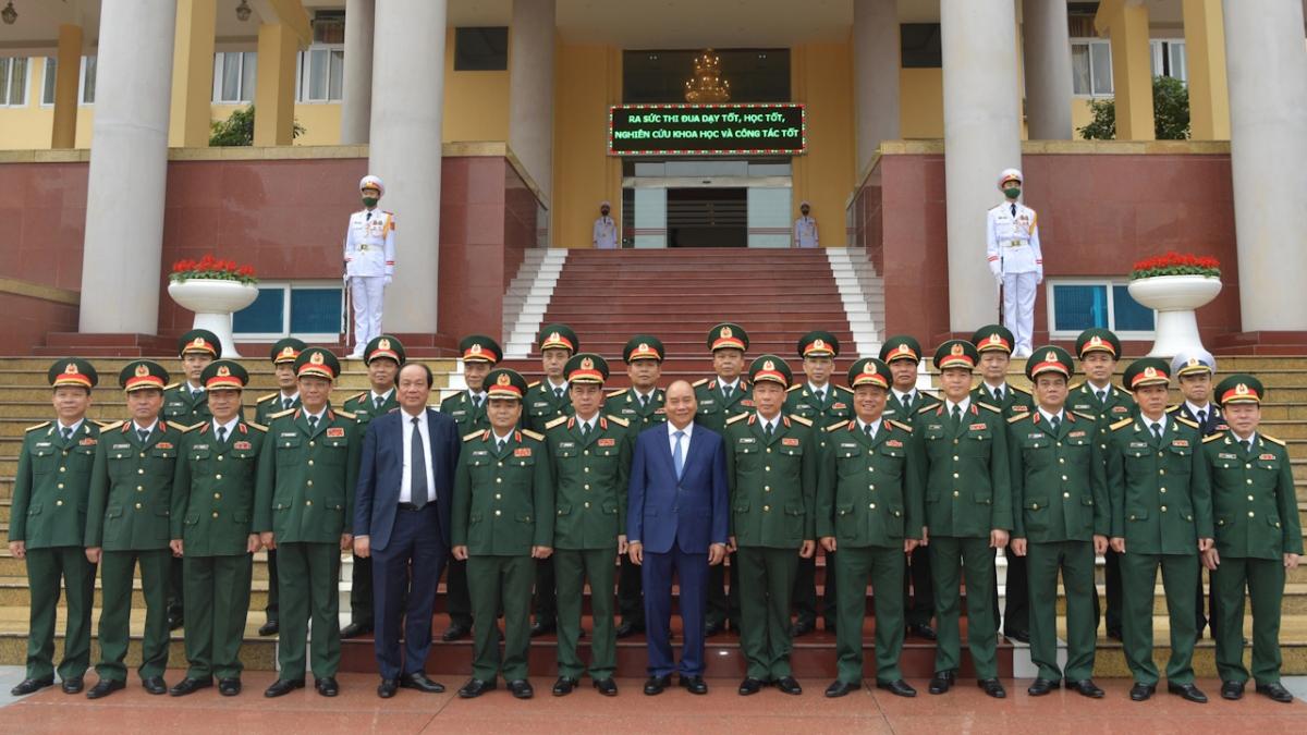 Thủ tướng chụp ảnh lưu niệm với cán bộ, nhân viên Học viện Quốc phòng