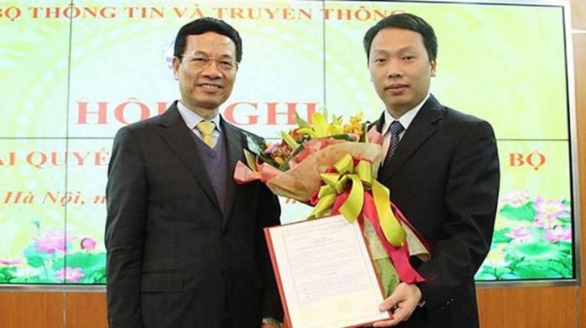 Ông Nguyễn Huy Dũng (bên phải) là Thứ trưởng trẻ nhất hiện nay trong Chính phủ