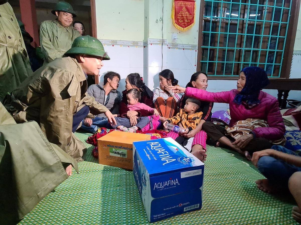 Thứ trưởng Bộ Nông nghiệp và Phát triển nông thôn Nguyễn Hoàng Hiệp thămhỏi người dân ở nơi sơ tán tránh bão số 13.