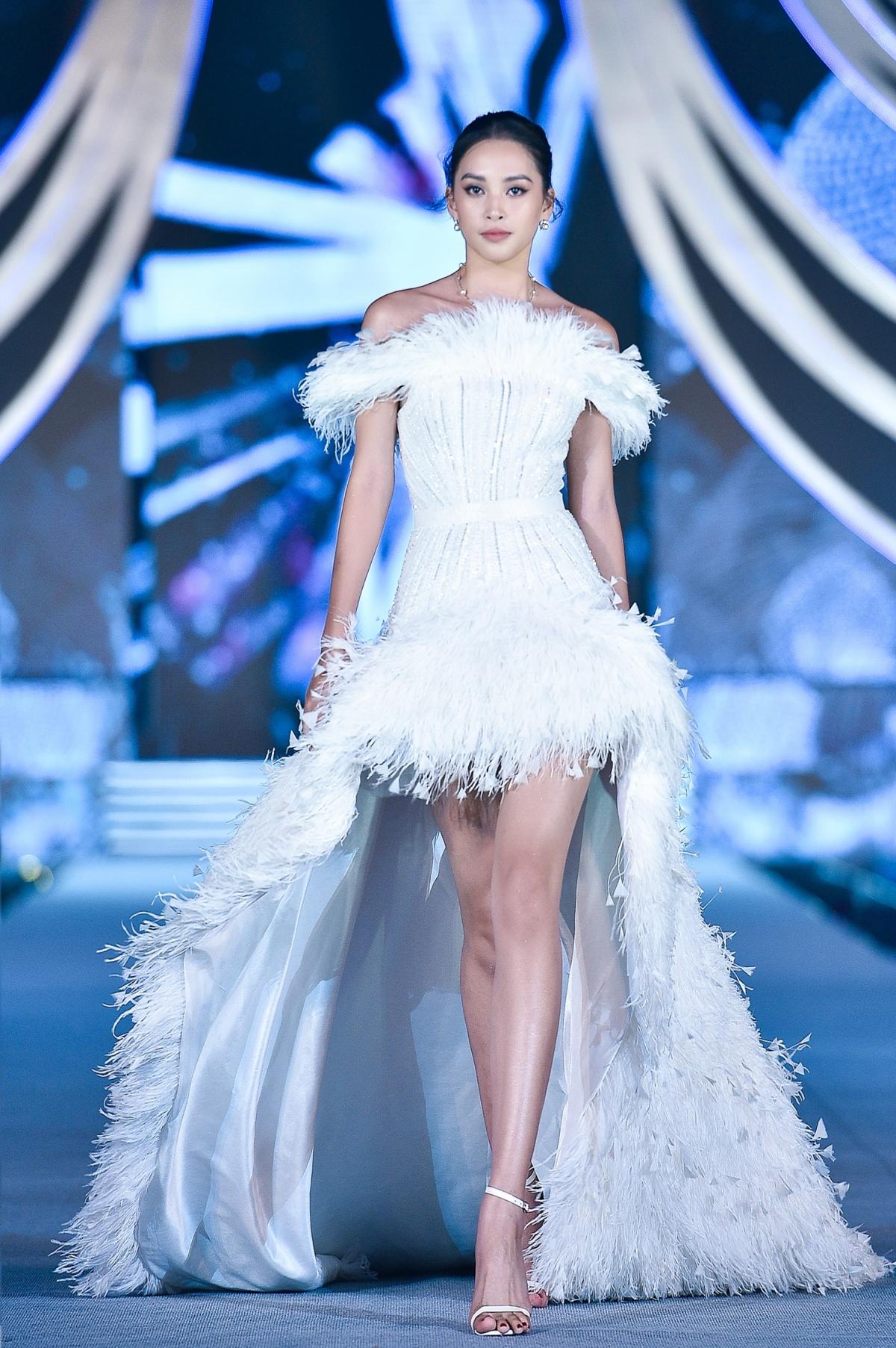 Đảm nhận vai trò vedette của BST, Đương kim Hoa hậu Việt Nam Trần Tiểu Vy ngày càng khẳng định nhan sắc và kĩ năng catwalk chuyên nghiệp.