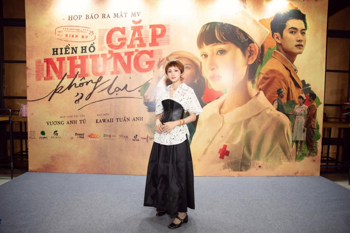 """Chiều ngày 25/11, Hiền Hồ đã tổ chức buổi họp báo ra mắt sản phẩm âm nhạc """"Gặp nhưng không ở lại"""" tại TP.HCM. Đây là một sáng tác của nhạc sĩ Vương Anh Tú, với phần MV được thực hiện bởi đạo diễn Kawaii Tuấn Anh, kịch bản do biên kịch Minh Châu chắp bút."""