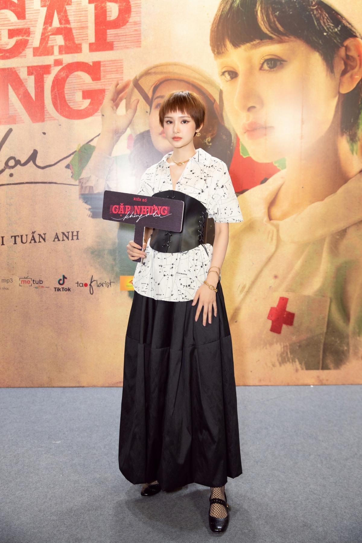 Xuất hiện trong buổi họp báo, Hiền Hồ diện nguyên một set váy áo, phụ kiện, giày của Dior.