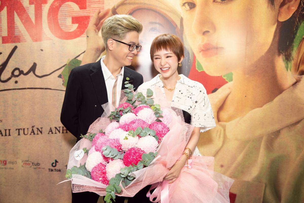 Người bạn thân thiết của Hiền Hồ là Bùi Anh Tuấn cũng đến chia vui cùng nữ ca sĩ.