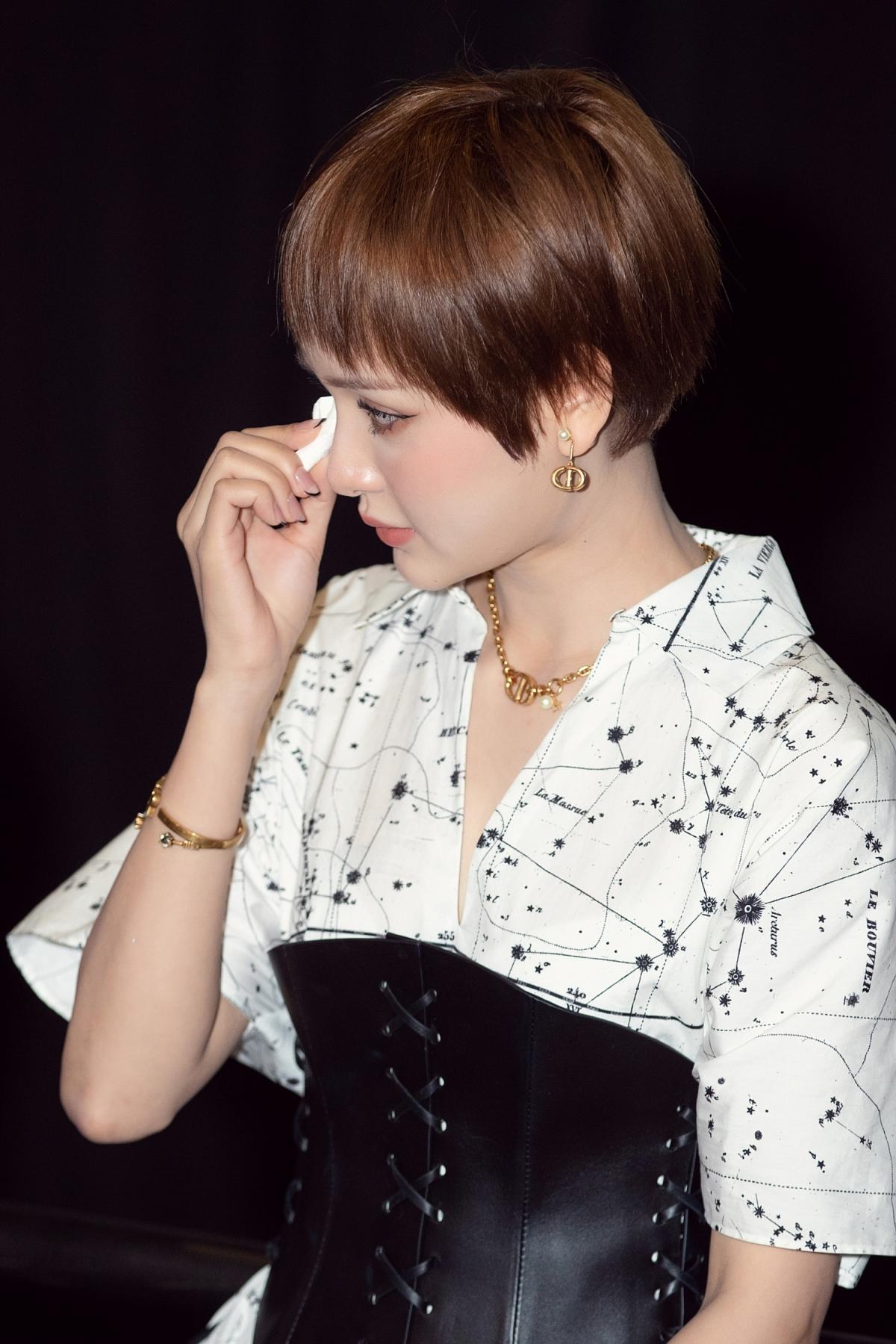 """Khi trực tiếp đón xem MV """"Gặp nhưng không ở lại"""" cùng các khách mời, Hiền Hồ không giấu được những giọt nước mắt xúc động."""