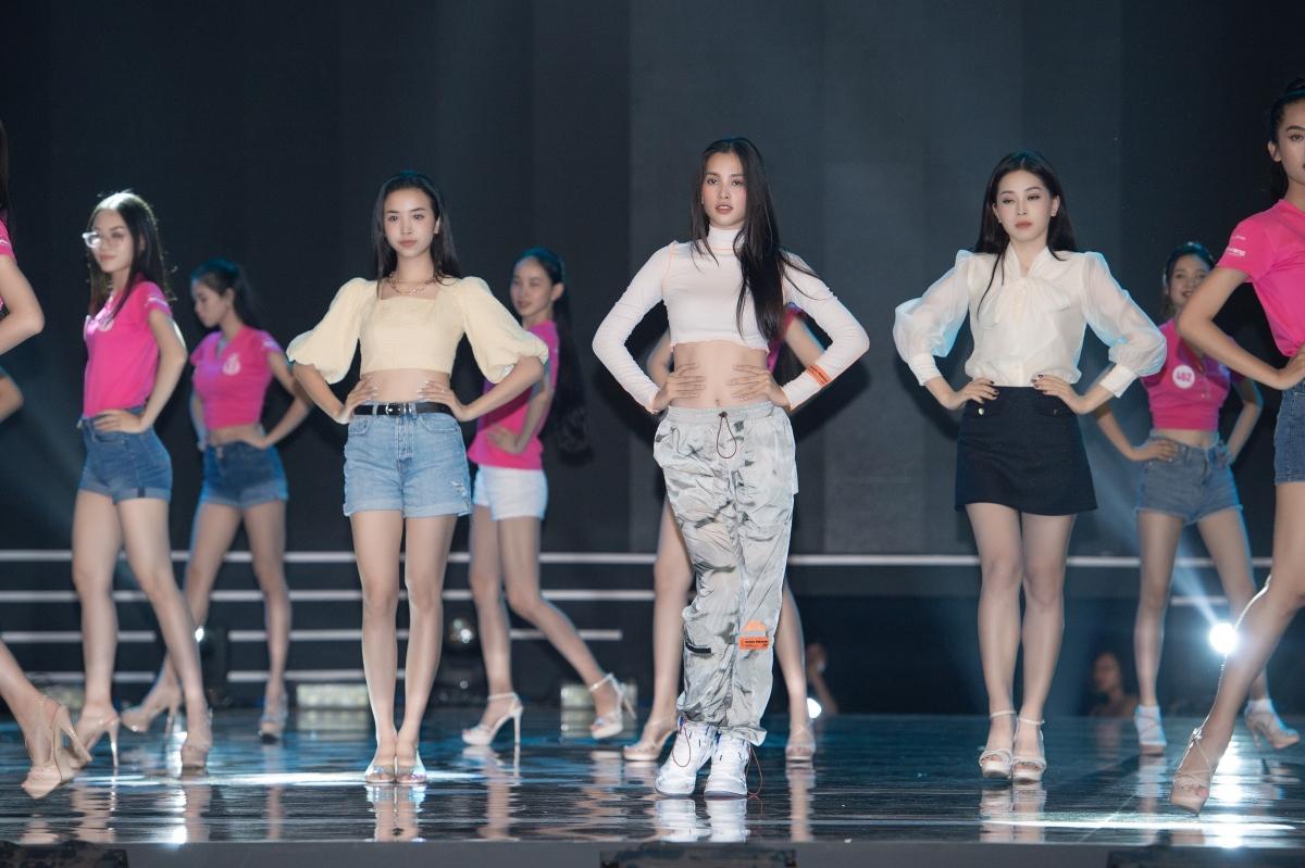 Được biết, Hoa hậu Tiểu Vy cùng 2 Á hậu Phương Nga và Thúy An sẽ kết hợp với Top 35 HHVN 2020 đồng diễn nhảy chào sân, khai màn theo nhịp điệu âm nhạc của Phúc Bồ.