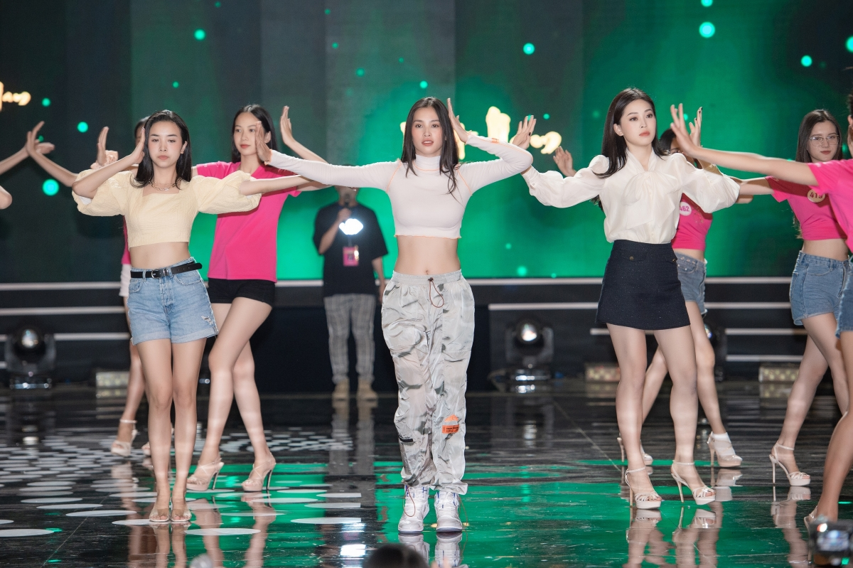 . Qua phần biểu diễn tự tin tại sân khấu tổng duyệt, top 3 HHVN 2018 cho thấy kỹ năng nhảy chuyên nghiệp không kém catwalk.