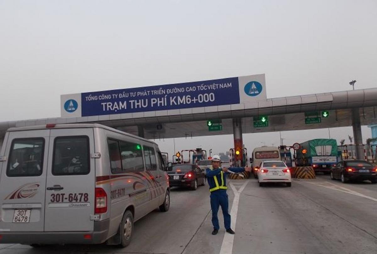Hầu hết các tuyến cao tốc của VEC quản lý đều chưa triển khai thu phí không dừng nên hay bị ùn tắc tại trạm khi lưu lượng xe đông.