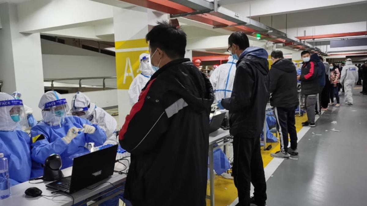 Sân bay Quốc tế Phố Đông xét nghiệm cho nhân viên. Ảnh: Sân bay Thượng Hải