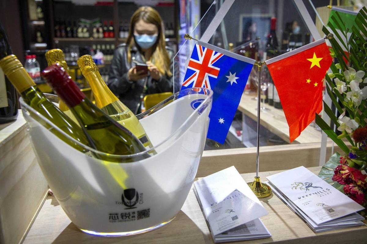 Cờ Australia và Trung Quốc xuất hiện tại gian trưng bày rượu vang Úc trong Triển lãm Nhập khẩu Quốc tế Trung Quốc, tại Thượng Hải vào tháng 11/2020. Ảnh: AP.