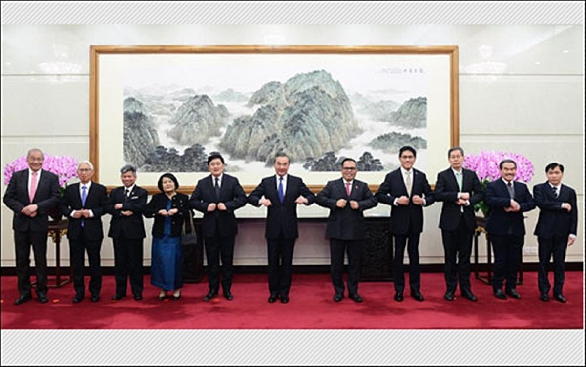 Ngoại trưởng Trung Quốc Vương Nghị gặp gỡ Đại sứ 10 nước ASEAN. Ảnh: Bộ Ngoại giao Trung Quốc.