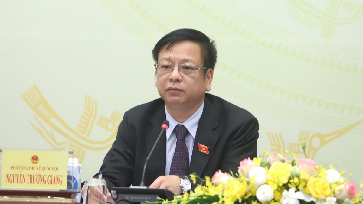 Ông Nguyễn Trường Giang trả lời báo chí tại họp báo