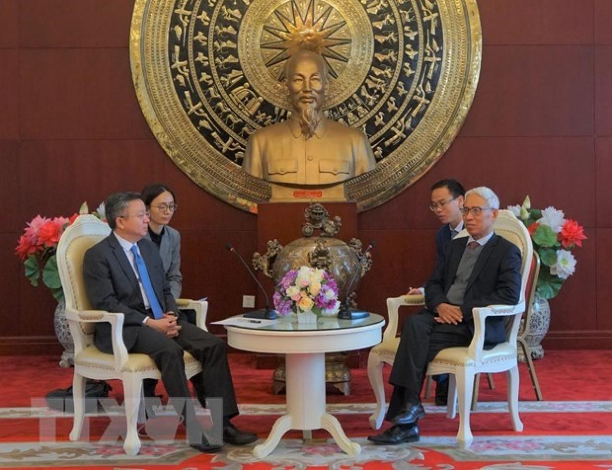 Đại sứ Việt Nam tại Trung Quốc Phạm Sao Mai tiếp Phó Thị trưởng Thành phố Trùng Khánh Lý Ba. (Ảnh: TTXVN)
