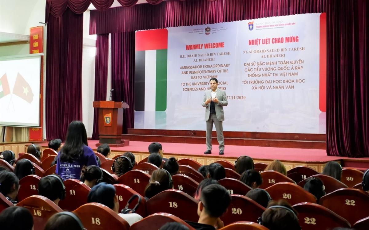 Đại sứ UAE phát biểu trước các sinh viên Đại học khoa học xã hội và nhân văn Hà Nội.(Ảnh do Đại sứ quán UAE tại Việt Nam cung cấp)