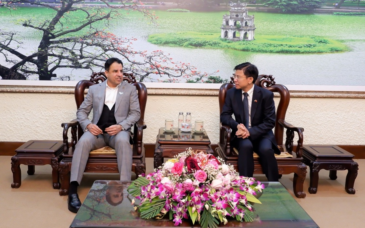 Phó Hiệu trưởng Hoàng Anh Tuấn (bìa phải) tiếp Đại sứ UAEAlDhaheri. (Ảnh do Đại sứ quán UAE tại Việt Nam cung cấp)