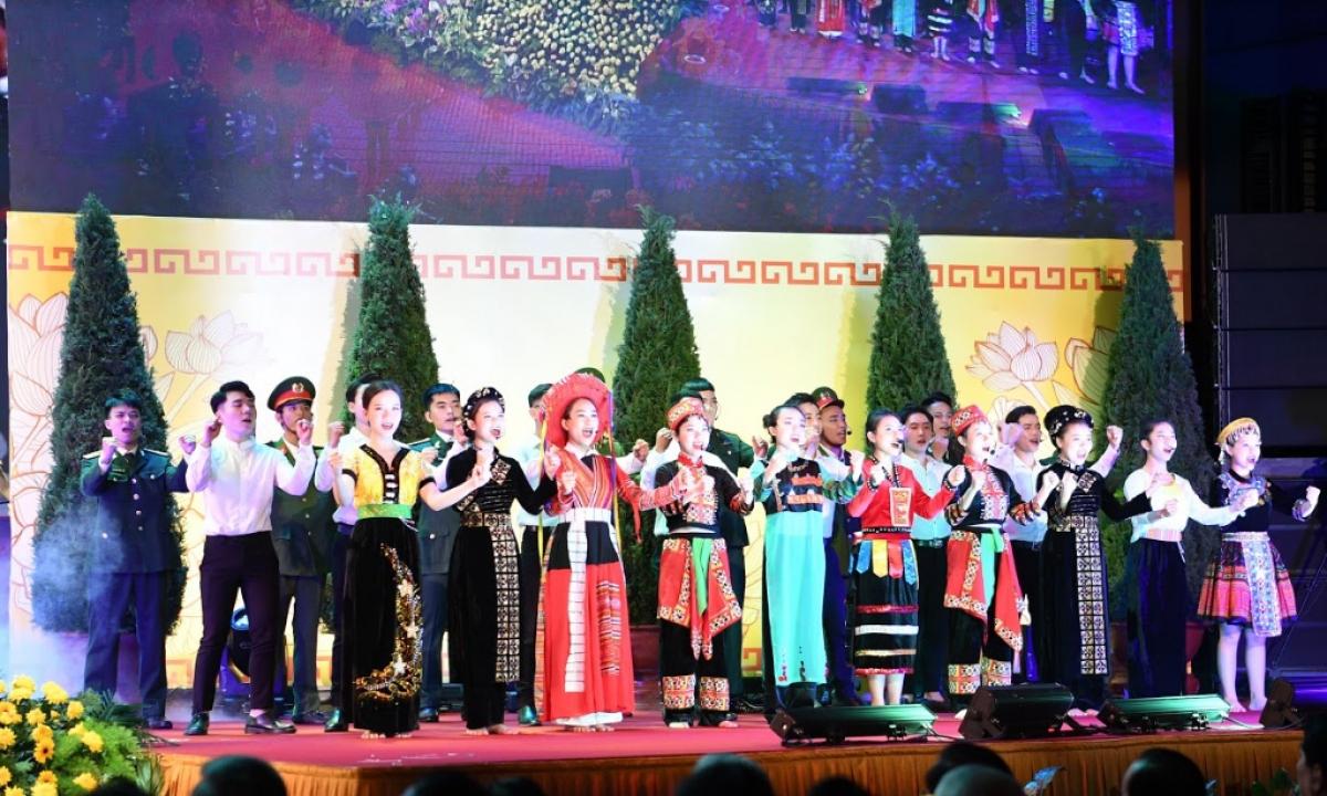 Chương trình văn nghệ mở đầu Lễ mít tinh kỷ niệm 90 năm ngày truyền thống Mặt trận Tổ quốc Việt Nam.