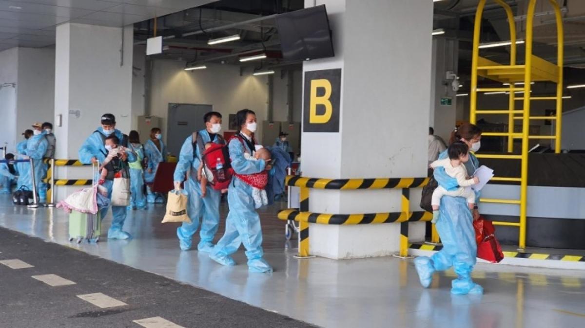 Những hành khách có con nhỏ được ưu tiên làm thủ tục trước tạiCảng Hàng không Quốc tế Vân Đồn.